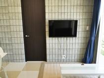 【リビング】壁掛けテレビで広々とした空間です。