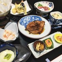 *【夕食全体例】地元の旬の幸をふんだんに使ったお食事をご用意いたします。