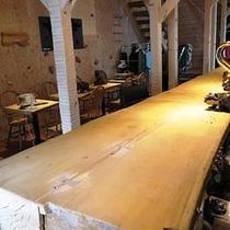 樹齢300年を超える迫力の丸太カウンター