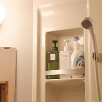 シャワールームにはシャンプー・リンス・ボディソープを置いています。