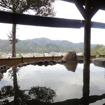 *【女湯/露天風呂】富田川の清流を挟んで城下町広瀬の町並みを一望!