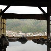*【男湯/露天風呂】富田川の清流を挟んで城下町広瀬の町並みを一望!