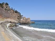 【普代浜】周囲の荒々しい岩場の眺めとのコントラストが美しい海水浴場。当館より車で約10分。