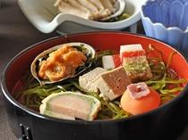 【秋・冬の夕食一例:ふだい浜かぜ】前菜5点盛り。色鮮やかで美しい盛付けが食欲をそそります。