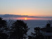【館内からの眺め】太平洋と一緒に見る日の出は感動的です。