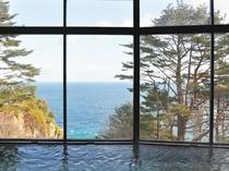 【大浴場からの眺め】天気の良い日中には大海原を眺めながらご入浴いただけます。