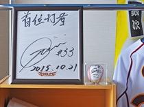 【館内】銀二選手の色紙とサインボールも飾ってあります!