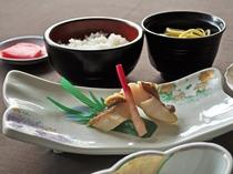 【秋・冬の夕食一例:ふだい浜かぜ】マトウ鯛の塩焼き。身が締まって旨みが凝縮された旬の一品です。
