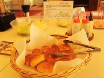 【料理一例/バイキング】田野畑産の牛乳と卵を使ったバターロールとクロワッサンです。