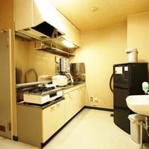 *【客室設備】全部屋ミニキッチンが完備されており、食器類の備品も揃っています。