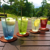 *【グリーンヒルズカフェ/ドリンク】田沢湖と森をイメージしたブルーとグリーンのクリームソーダが人気。