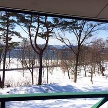 *【周辺(冬)】晴れた日には、冬の光に照らされた湖面や山脈を望むことができます。