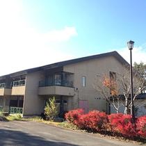 *【外観】田沢湖畔の森と湖に囲まれたカジュアルリゾートホテルです。