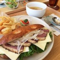 *【昼食一例】館内の「グリーンヒルズカフェ」で提供のランチも、大変好評です。