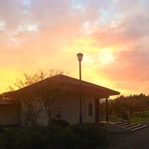 *【外観/夕焼け】息をのむほど美しい夕焼けに出会えることも。自然に囲まれた当館ならではの光景です。