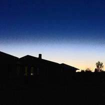 *【外観/夕景】夕焼けから夜空へ美しいコントラスト。見られるのはほんのひとときだけ。