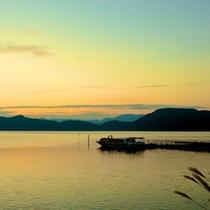 *【田沢湖】しばし時間を忘れてしまいそうな、空と湖面を彩る神秘的な情景。