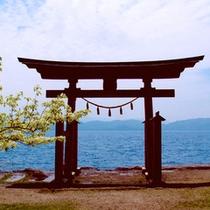 *【御座石神社】田沢湖畔に佇む御座石神社。青い湖面に朱色の鳥居が美しく映えます。