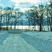*【施設周辺】辺り一面、見渡す限りの雪景色。白銀の田沢湖畔も魅力です。