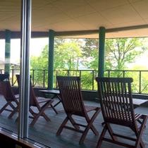 *【グリーンヒルズカフェ/テラス席】湖に面したテラス席もございます。