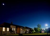 外観/夜空とホテル