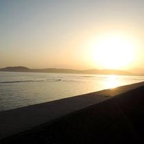 【夕暮れ】天気の良いには海に沈む夕日をご覧いただけます