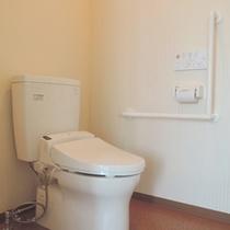 【客室トイレ】全室洗浄機付トイレを完備。手すりもついております