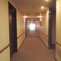 廊下にも手すりを配しております