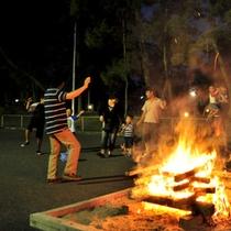 【キャンプファイアー】火を囲んで歌ったり踊ったり