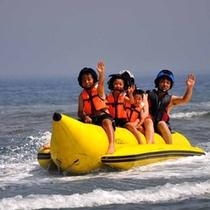 【バナナボート】バナナの形をしたゴムボートに乗って大海原へ!