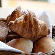 朝食のパン 2~3種のパンはシェフのきまぐれお替りOKですよ