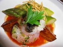 (ある日の前菜)活けボタン海老と旬のアスパラ 冷たいトマトのソースと甘いボタン海老!