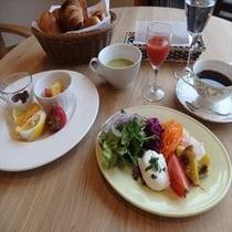(ある日の朝食メニュー) 旬の野菜とフルーツたっぷりの元気が出る朝食です