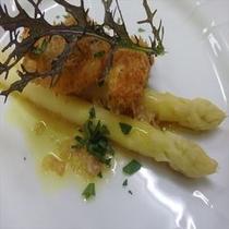 白アスパラガスにイサキの白子のせ (ある日の前菜)