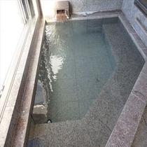 天然温泉展望風呂 3~4人でも充分な大きさ 虫が多い季節は窓の開放厳禁です!