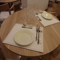 テーブルセッティング 無垢のテーブルと椅子でリラックスしたお食事をどうぞ!