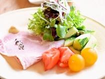 ある日の朝食より「こだわりハムと無農薬サラダ」