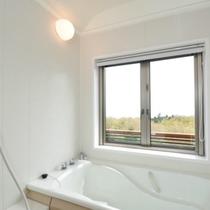 【202号室】海を眺める展望風呂は開放的!