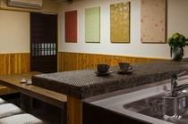 【百足屋町】居間:通り土間のある居間は、夏は涼しく、冬は床暖房で暖かくお過ごしいただけます。