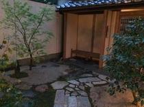 夕暮れ時の庭