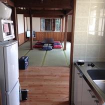 キッチンから見た畳間