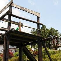 *【アスレチック広場】親子チャレンジ広場には、自然の素材を生かした面白い遊びがいっぱい!