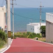 東海岸を走る道路から海側に下りた静かな場所に立地。周辺は外人住宅が建ち並ぶエリア。