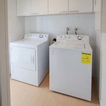 キッチン横の大型洗濯機と乾燥機
