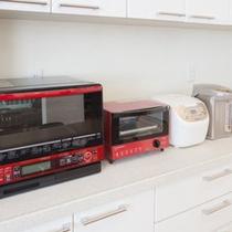 キッチンにはスチームオーブンなど多種の電化製品あり