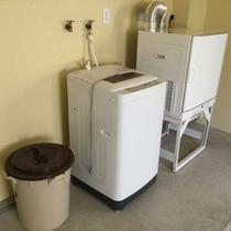 1階屋内ガレージには専用洗濯機と乾燥機を設置