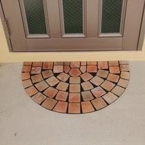 玄関のレンガを使ったオリジナル装飾