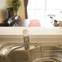 2階には広々した対面式システムキッチンを備えます。
