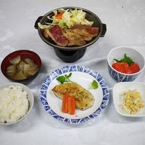 *夕食一例/焼き肉・焼き魚・刺身・野菜・ご飯・味噌汁と、ボリューム満点の6品!