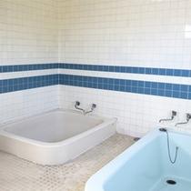 *共同浴場/館内に一ヶ所あるお風呂は4人~5人用。お仕事の疲れをさっぱり洗い流して下さい。